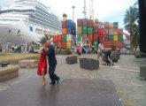 Bailarines de tango nailando frente a mirada de turistas en el puerto