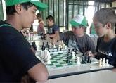 niños juagando al ajedrez