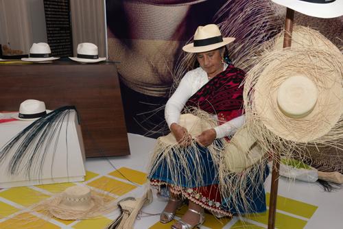 Mujer armando sombrero