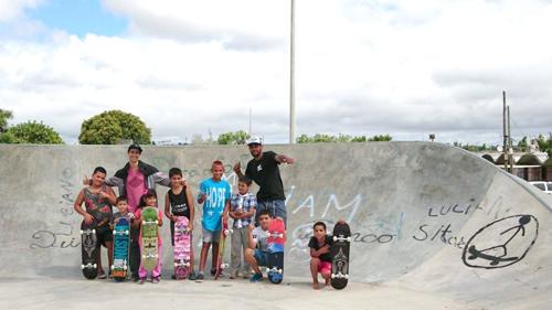 niños haciendo skate