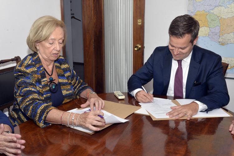 Ministra y embajador durante la firma del memorándum