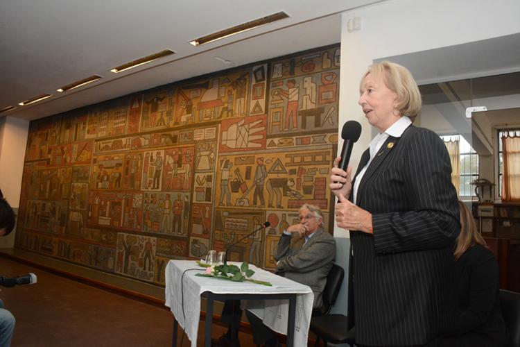 La ministra Muñoz haciendo uso de la palabra con el mural de fondo