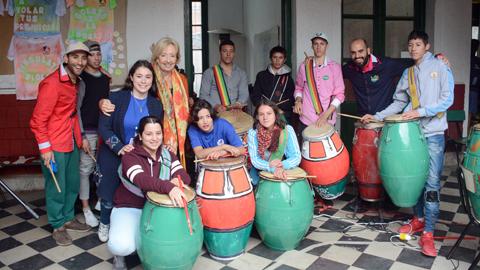 Ministra y estudiantes de CECAP con tambores