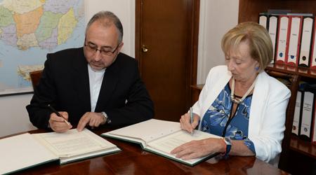 Autoridades durante la firma del convenio