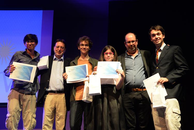 Personas recibiendo diplomas.