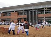 Niños jugando en patio de Escuela de Cerro Pelado