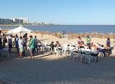 Mesas y gente en la playa
