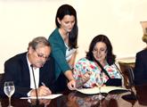 Ministro Ehrlich y Ana Olivera durante firma de la Carta Intención