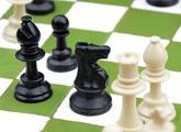 Piezas blancas y negras de ajedrez