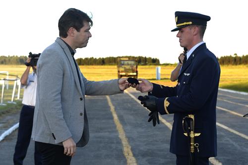 Bonilla entregando medalla a estudiante
