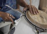 Hombre arreglando el tambor